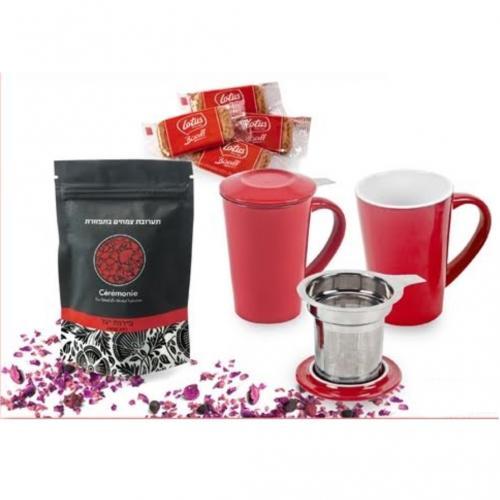 כוס חליטה מפורצלן עם שקיות תערובת תה ועוגיות לוטוס