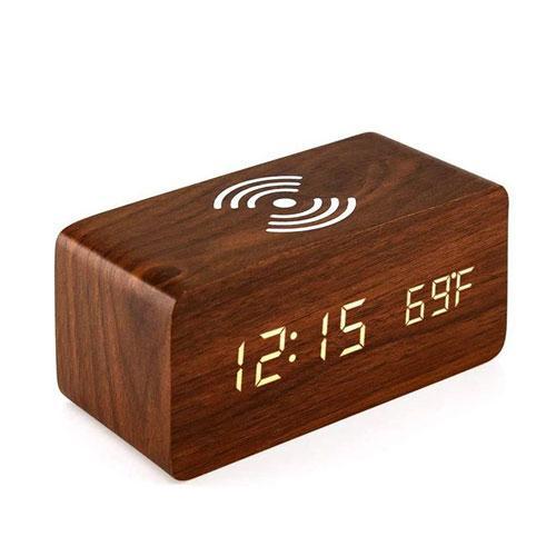משטח טעינה אלחוטית עוצמתי משולב בשעון דיגיטלי בצבע עץ