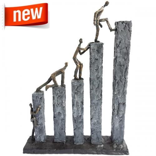 """פסל אומנותי -  """"שואפים גבוה""""  , דמויות מטפסות על 5 עמודים"""
