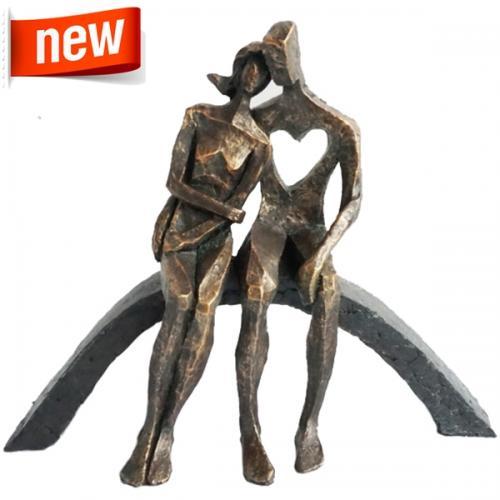 """פסל אומנותי -  """"אהבת אמת""""  זוג יושב על קשת"""