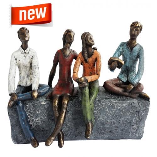 """פסל אומנותי -  """"חברים"""" ,  4 דמויות יושבות על סלע"""
