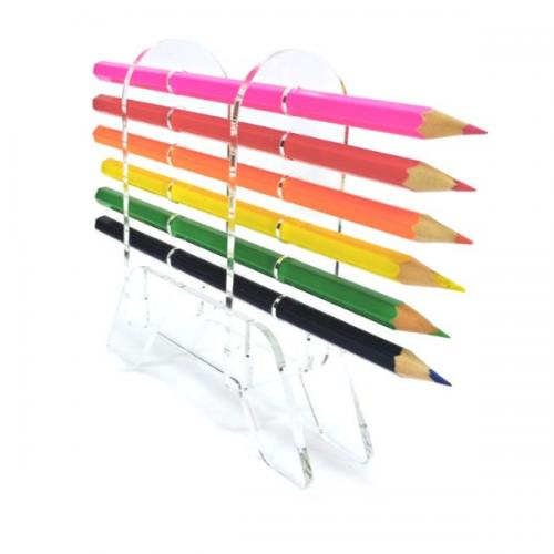 מעמד עפרונות עם עפרונות צבעוניים