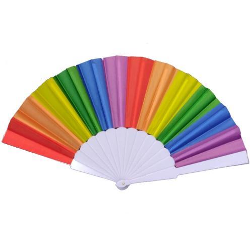 מניפות בצבעי הקשת ליום הגאווה למצעד הגאווה