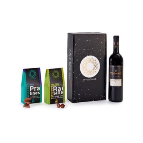מארז סאן כולל יין אדום מרלו שיראז, ומתוקים איכותיים