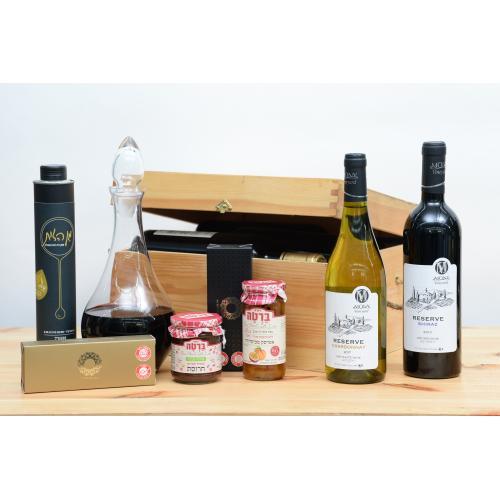 מארז יינות ומעדנים בתיבת עץ לחג