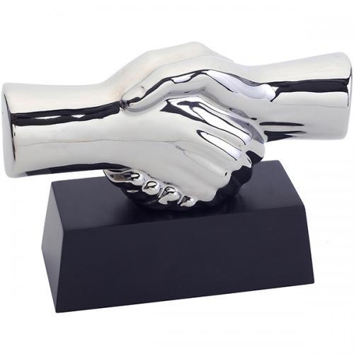 """פסל  """"יד לוחצת יד"""" כסוף מבריק  20 ס""""מ"""