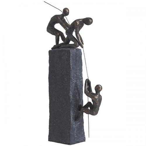 """פסל אומנותי -  """"ביחד מנצחים""""   (שני אנשים עוזרים לשלישי לטפס על עמוד)"""