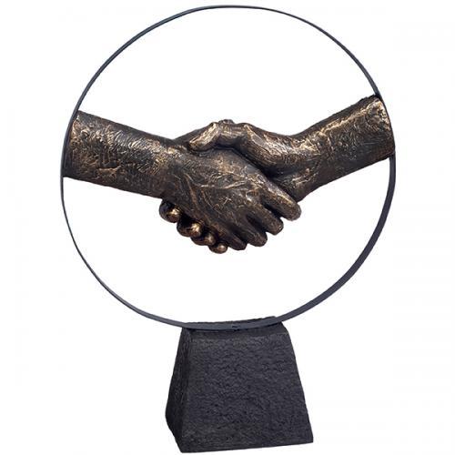 """פסל אומנותי -  """"יד לוחצת יד"""" - לחיצת יד בתוך חישוק"""