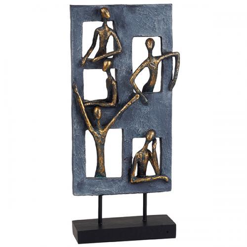 """פסל אומנותי - """"בשכנות טובה""""  (חמש דמויות בחלונות הבניין)"""