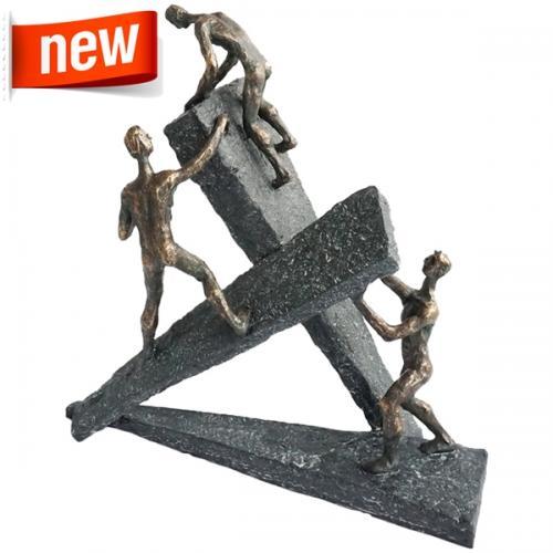 """פסל אומנותי -  """"לא ניתנים לעצירה""""  3 דמויות מטפסות על משולשים"""