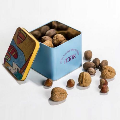 שלל אגוזים בקופסת קוביה ממתכת
