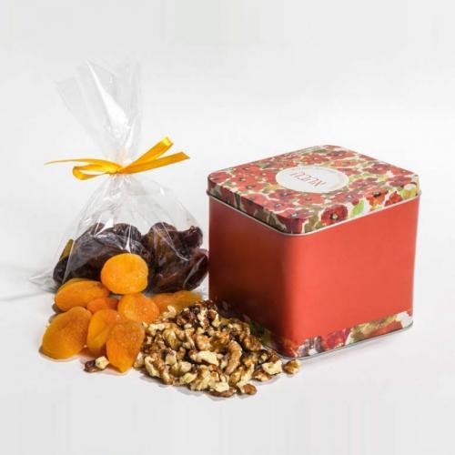 שלל פירות יבשים בקופסת קוביה ממתכת