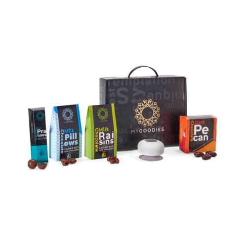 מארז נגה D, המכיל רמקול בלוטופ' למקלחת, רמקול אלחוטי לסמארטפונים, ומגוון שוקולדים ופינוקים